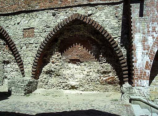 Часть городской стены близ башни